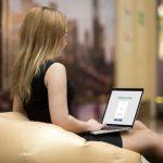 elegancka-bizneswoman-pracy-z-jej-laptopa_1163-601